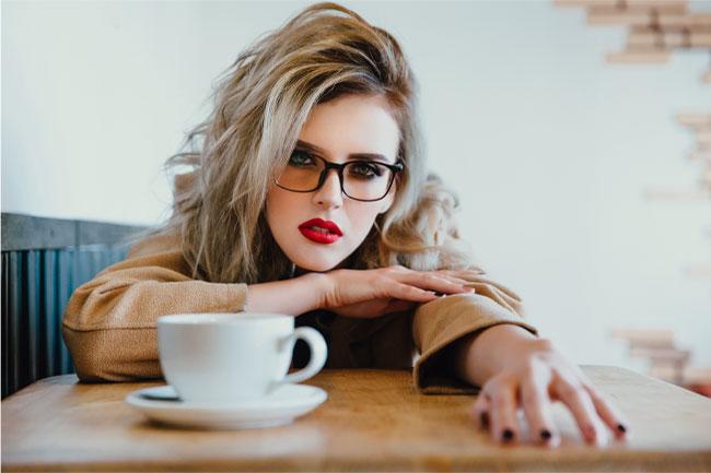 ストレスが溜まることでよくあるのが、イライラして八つ当たりをしてしまうというものです。何も悪くない家族に当たってしまったり、会社の同僚に当たってしまうということもあるもの。  また、レストランなどの飲食店で働いている人の場合には、お客さんに嫌な態度をとってしまうことがありますから、気をつけておきたいところです。  なお、ストレスが溜まることで及ぼされる影響は、イライラによる八つ当たりだけではありません。ストレスが溜まることで気が抜けてしまい、緊張感のない状態が続いてしまうことがありま す。こういった状態が続くと色々と問題が起こってくることがあるもので、その1つがオヤジ化です。